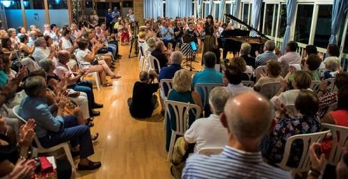 El público llenó el salón social del Club Náutico para disfrutar de un magistral recital de Trío Arbós.jpg