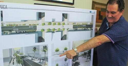 El primer teniente de alcalde Antonio Escámez muestra el plano de las obras de la calle Ancha.jpg