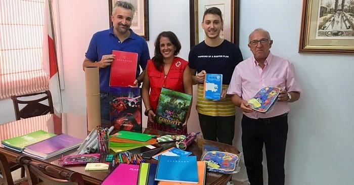 Juventudes Socialistas y PSOE de Motril entregan el material escolar recogido en su campaña solidaria.jpg