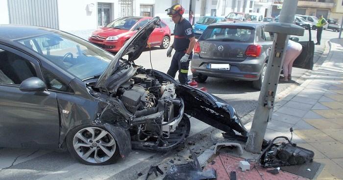 Un vehículo se estrella contra una farola tras salirse de la vía en el barrio de San Sebastián de Almuñécar