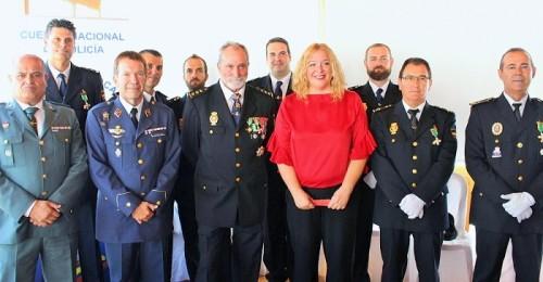 Flor Almón con el Comisario Jefe de Motril, homenajeados y mandos del Ejército, Cuerpos y Fuerzas de Seguridad del Estado y Policía Local_.jpg