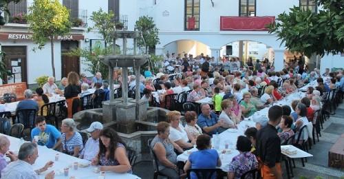 Los mayores Salobreña celebran su festividad con una merienda en la plaza del Museo.jpg