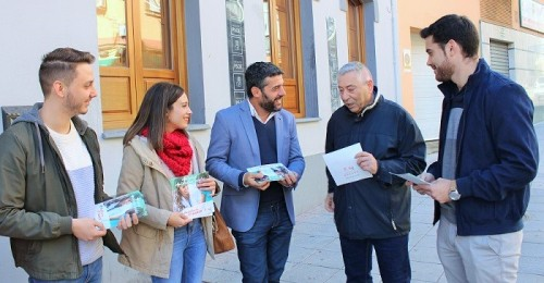 Motril_Cantalejo, López y Prieto hablando con un ciudadano.jpg