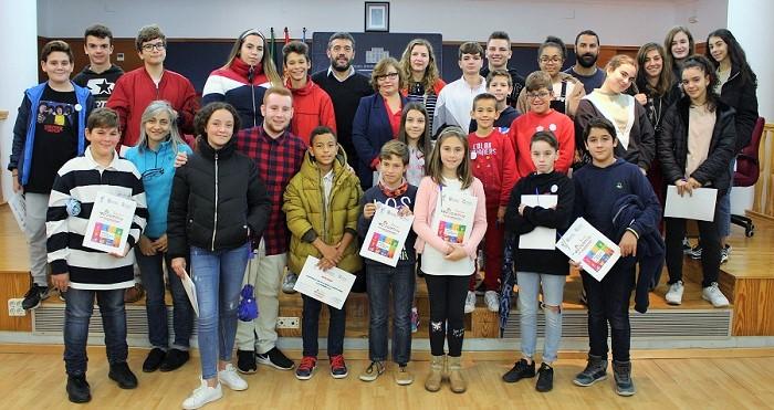 Alumnos de Motril que han participado en el Pleno por los Derechos de la Infancia junto al teniente de alcalde y la concejala de Educación
