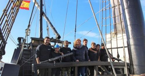 Flor Almón visita la réplica de la Nao Victoria, réplica del histórico barco que dio la primera vuelta al mundo.jpg