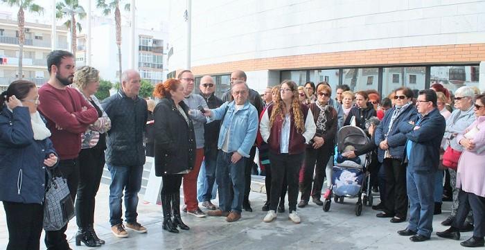 Decenas de personas se concentran a las puertas del Ayuntamiento de Salobreña en solidaridad con la familia de Laura
