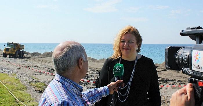Foto de archivo de la alcaldesa atendiendo a los medios de comunicación ante las obras en playa Granada