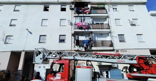 Los Bomberos de Motril extinguen un incendio en el nº 7 de Huerta Carrasco.jpg