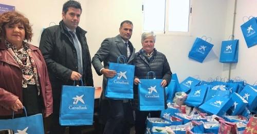 Más de un centenar de familias desfavorecidas de Órgiva reciben una bolsa de productos navideños.jpg