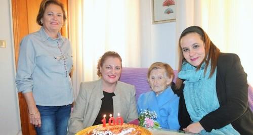 La alcaldesa de Salobreña visita a Rosario Bustos en su 100 cumpleaños