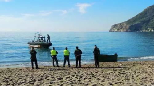 Patera en la playa de La Herradura