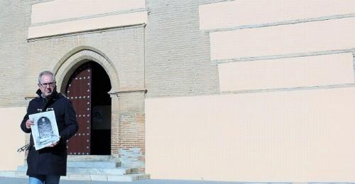 El concejal de Cultura, Francisco Ruiz, muestra el facsímil sobre la Iglesia Mayor de Motril.jpg