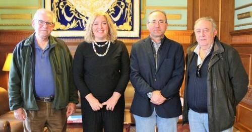 la alcaldesa de motril junto a representantes de la comunidad de regantes del bajo guadalfeo