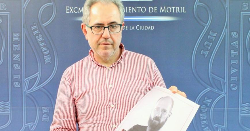 Francisco Ruiz presentando una nueva sesión de poesía en los museos.jpg