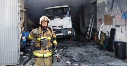 Los Bomberos de Motril extinguen el incendio declarado esta mañana en una nave situada en el Camino de la China.jpg