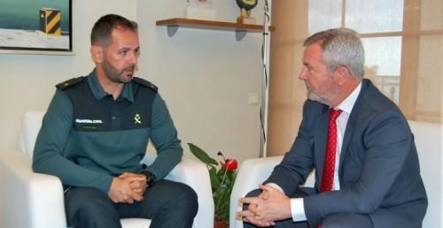 José García Fuentes se reúne con el teniente del SEMAR.jpg