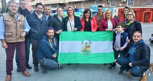 Luisa García Chamorro y equipo en la plaza de la Aurora el Día de Andalucía.jpg