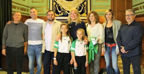 Las jóvenes karatecas Esperanza Gómez y Julia Hernández reciben el reconocimiento del Ayto. de Motril.jpg