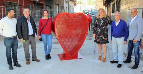 Motril instala tres grandes esculturas con forma de corazón para recoger tapones para causas solidarias.jpg