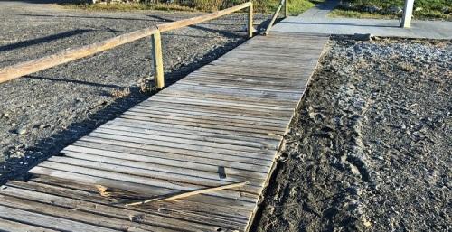 Vox Motril denuncia el lamentable estado de las pasarelas de playa durante esta Semana Santa.jpg
