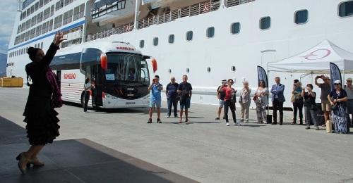 Atraca en Motril un crucero con cerca de 700 pasajeros a bordo, uno de los grandes previstos esta temporada.jpg