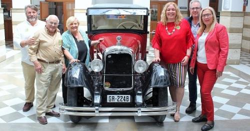 El Citroën modelo AC-4 recuperado por la concejalía de Patrimonio se puede visitar en el patio del Ayuntamiento.jpg