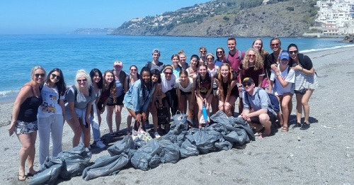 Estudiantes americanos realizan un voluntariado de limpieza en la playa de Salobreña.jpg