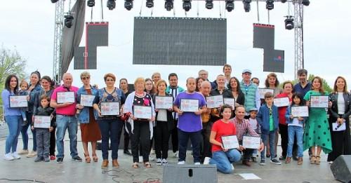 Foto de familia junto a los ganadores de las Cruces de Mayor 2019