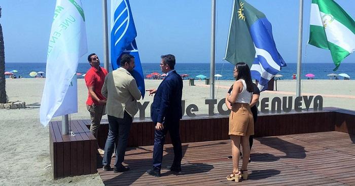 La playa de Torrenueva iza su Bandera Azul como distintivo de calidad.jpg