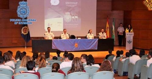 La Policía Nacional entrega carnés de ciberExperto a más de 200 alumnos de centros educativos de Granada y Motril.jpg