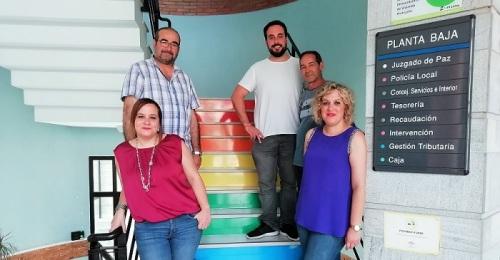Las escaleras del Ayto. de Salobreña lucen los colores de la bandera LGTBI.jpg
