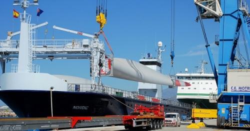 Primer embarque por Motril de palas para aerogeneradores de mayores dimensiones que se fabrican en España