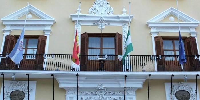 Bandera a media asta en el Ayuntamiento de Motril.jpg