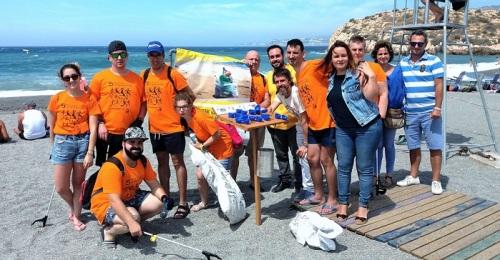 Campaña de limpieza de Aprosmo y Aprogrades en la playa de Salobreña.jpg