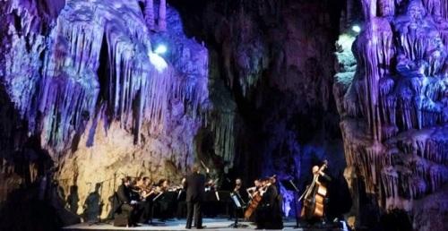 El alcalde de Nerja apoya la medida de suprimir las actuaciones del Festival en el interior de la cueva.jpg