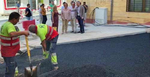 La alcaldesa visita las obras de la calle Ancha que entran en su última fase de ejecución con el asfaltado de la vía.png