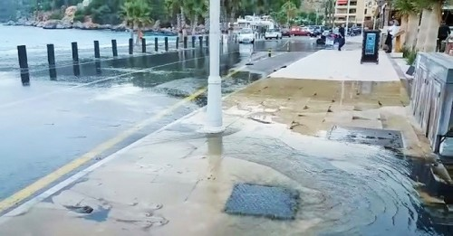 Las aguas residuales afloran en el paseo Andrés Segovia de La Herradura.jpg