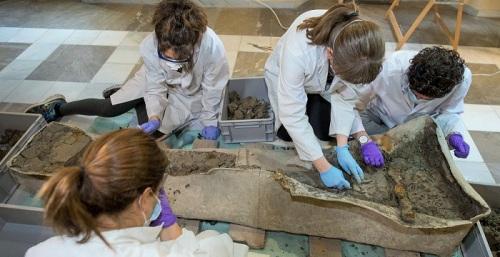 Los trabajos en el sarcófago romano de Granada se centran en la extracción del cráneo