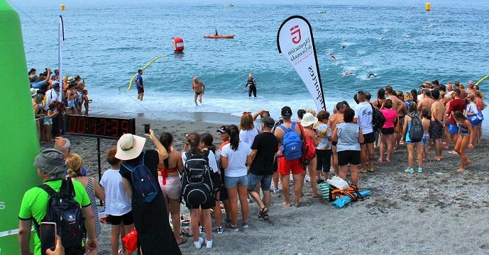 Más de 200 nadadores atraviesan las aguas de Salobreña en la 'VII Travesía a Nado del Peñón de La Caleta'.jpg