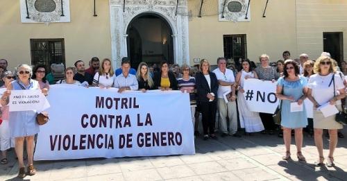 Motril se concentra en apoyo a la víctima de la violación en grupo de Manresa.jpg