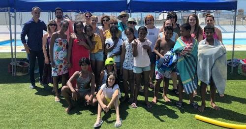 Salobreña recibe a 15 niños saharauis, que pasan una divertida mañana en la piscina municipal de Lobres.jpg