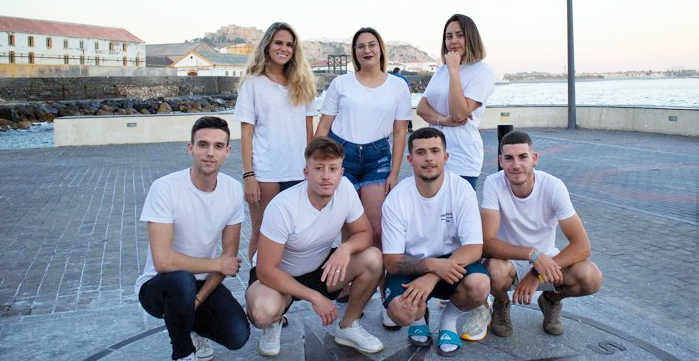 Salobreña_Miembros de la asociación juvenil en la plaza del Lavadero.png