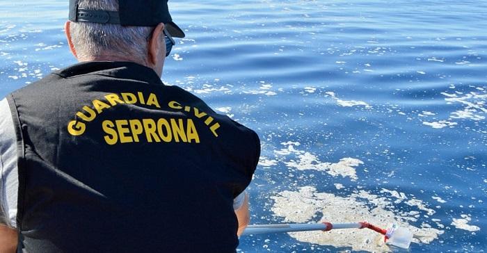 Agentes del Seprona toman muestras de la mancha del mar de Salobreña para analizar qué es y su procedencia.jpg