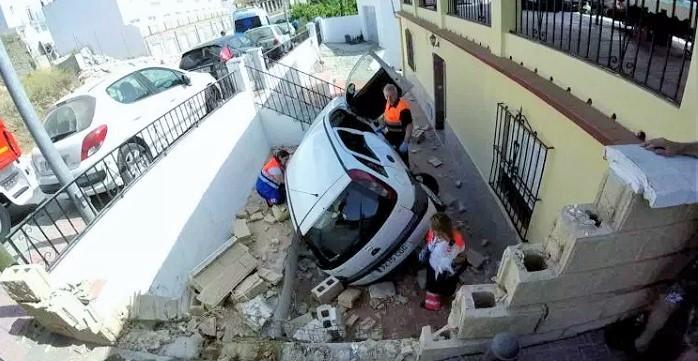 Bomberos de Almuñécar rescataron ayer a una conductora que sufrió un accidente en el barrio de Torrecuevas.jpg