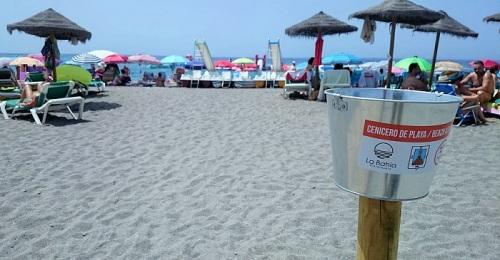 Ceniceros a lo largo de las playas de Salobreña para evitar que los bañistas tiren las colillas a la arena.jpg