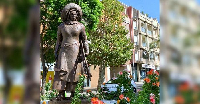 El Ayuntamiento inaugura la escultura de la 'mondera' como homenaje al papel de la mujer en la industria del azúcar