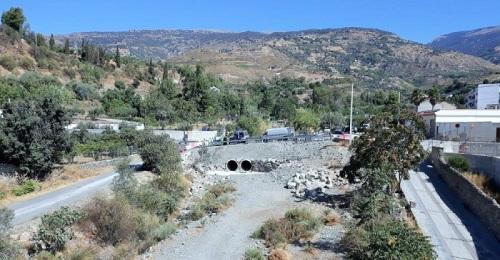 Fomento habilita un desvío provisional por la obra del puente sobre el río Chico en Órgiva.jpg
