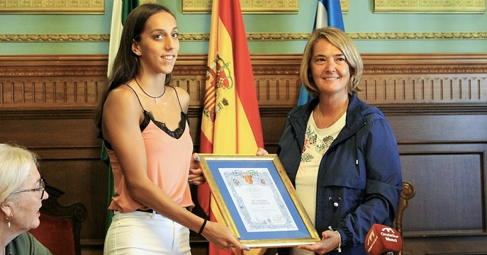 La alcaldesa de Motril recibe, en nombre de la Corporación, a la joven promesa de la natación Tamara Frías.jpg