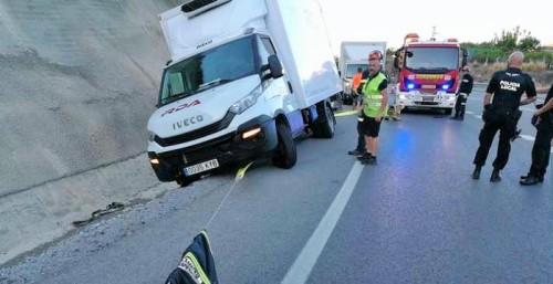 Una furgoneta se sale de la vía en la A-7 a causa de una avería en una rueda.jpg