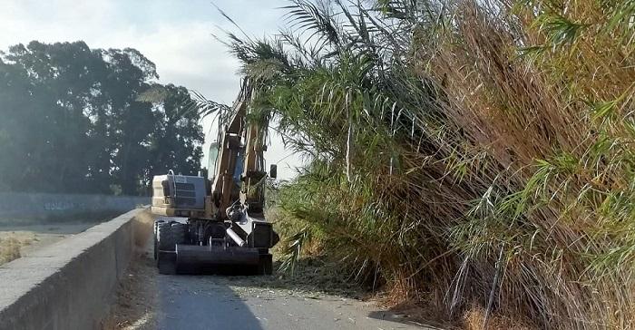 Continúan los trabajos de limpieza de las ramblas de Salobreña.jpg